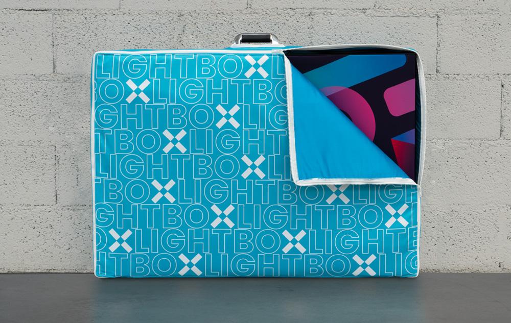 Progettazione grafica valigia porta lightbox Absolutex | Kora Comunicazione